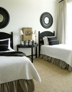 Sisal rugs and other rugs made of natural fibers have excellent durability and are easy to clean