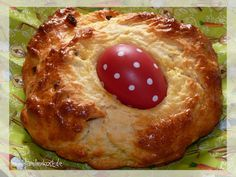 Ein Osterbrot aus Quark-Öl-Teig ist ein schönes Gebäck für das Osterfrühstück ohne Hefe, das sich schnell zu Ostern backen lässt. Hier geht es zu unserem Rezept: https://www.familienkost.de/rezept_osterbrot_aus_quark-oel-teig.html