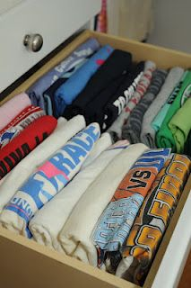Organizing Tip from Mindy Godding: T-Shirts Can Have Style Too Organisation Hacks, Organizing Ideas, Organization Ideas, Making Life Easier, Household Tips, Organize, Bedrooms, Cleaning, Easy