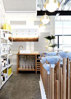 Las mesas de madera son de roble y de apariencia brillante. | Galería de fotos 11 de 16 | AD MX