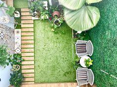 Lahan yg tidak begitu luas bisa di manfaatin untuk taman kering dgn tambahan tumbuhan hijau dan rumput sintetis dgn dinding yg di tutupi dgn daunan sintetis juga - - #taman #garden #tumbuhan #monstera #palm #rumput #grass