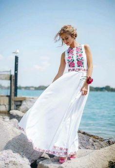 Hermoso vestido blanco, bordado a mano