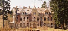 Pałac w Podwilczu wybudowany w 1895 r. dla rodziny von Podewils.  W 1945 r. obiekt zajęło wojsko. Następnie pałac upaństwowiono. znajdował się w nim Dom Dziecka. Od 1972 Zakłady Górnicze w Polkowicach,  które umieściły w pałacu kolonie letnie. Trudności finansowe użytkownika spowodowały przekazanie majątku w 1981 roku Urzędowi Gminnemu w Białogardzie. Ostatnia zmiana własnościowa nastąpiła w 1987 roku, kiedy to pałac zakupiła osoba prywatna. Abandoned Mansions, Abandoned Places, Barcelona Cathedral, Travel Inspiration, Medieval, Places To Visit, Castle, Villa, Architecture