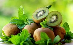 11 Amazing Health Benefits of Kiwi - Natural Food Series Healthy Kidneys, Healthy Skin, Kiwi Health Benefits, Herbal Plants, Beautiful Fruits, Delicious Fruit, Natural Health Remedies, Herbalism, Lost Weight