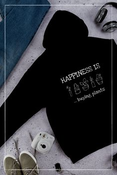 Happiness is – Kapuzenpulli – The Lovely Things Buy Plants, Lovely Things, Sweatshirt, Happy, Stuff To Buy, Sweatshirts, Trainers, Happiness, Blouse