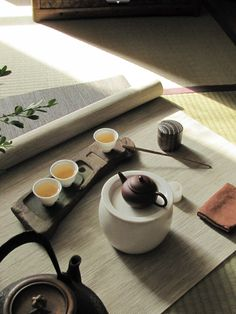 Shows the teaware, tea and puts it in a beautiful context. I absolutely love this tea set. Chai, Matcha, Pu Erh, Art Cafe, Asian Tea, Tea Culture, Japanese Tea Ceremony, Tea Art, My Tea