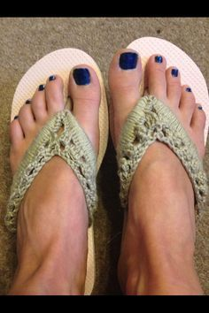 Up cycle cheap flip flops. Single crochet around the rubber. A row of three trebles one chain. Then a row of one chain, one treble in the gaps. Not bad for and some spare yarn! Crochet Sandals, Crochet Boots, Crochet Slippers, Crochet Clothes, Crochet Crafts, Crochet Yarn, Crochet Projects, Crochet Shawl, Crochet Flip Flops