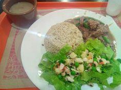 No geral, não há como duvidar de que aqui é um dos melhores lugares que já comi no litoral em todos os sentidos, realmente todos os pontos e características próprias ajudam em tudo pra ter uma experiência gastronômica incrível e surpreendente, nota 10 é muito pouco, aqui está pra Nota 50 à 60!  #comida #restaurante #melhorSV #carne #comidaPerfeita Carne Thai - com arroz integral, feijão e salada - R$9,50  comendo Carne Thai em Cozinha O Francês.
