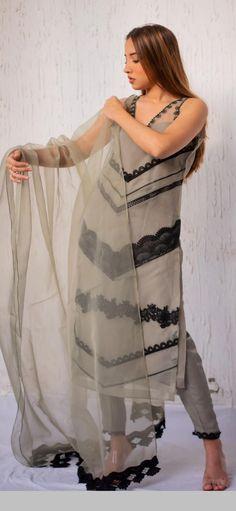 Fancy Dress Design, Stylish Dress Designs, Designs For Dresses, Pakistani Fashion Party Wear, Indian Fashion Dresses, Indian Designer Outfits, Frock Fashion, Suit Fashion, Velvet Dress Designs