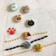 "Instagram의 수놓는 발바닥님: ""주말에 일이 있어서 샘플작업이 더디고 있어요;ㅎ 급한 마음에 이것저것 끼워가며 고민중입니다😅부자재도 충분치 않아서 새로 주문하고.. 아무리 빨라도 수요일...😓 목요일,금요일까지 넉넉하게 기다려주세요. 예쁘게 준비할게요😊❤️ . . #수놓는발바닥…"" Silk Ribbon Embroidery, Hand Embroidery Patterns, Beaded Embroidery, Cross Stitch Embroidery, Embroidery Designs, Learning To Embroider, Embroidery Techniques, Felt Crafts, Needle Felting"