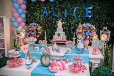 Festa Alice no País das Maravilhas | Macetes de Mãe Alice In Wonderland Tea Party Birthday, Alice In Wonderland Theme, Wonderland Party, 1st Birthday Girls, 1st Birthday Parties, Mad Hatter Party, Festa Party, Sweet 16 Parties, Childrens Party