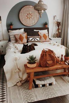 indie bedroom design black cats bedroom designs that are boho neutral woode Bohemian Bedroom Design, Boho Room, Bohemian Decor, Boho Chic, Bedroom Designs, Bedroom Ideas, Bohemian Style, Indie Bedroom, Cozy Bedroom
