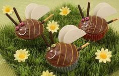 Bienchen-Muffins - Süße Muffins für den nächsten Kindergeburtstag - Zutaten für 12 Muffins: Für den All-in-Teig: - 200 g Weizenmehl - 2 gestr. TL Backpulver - 150 g Zucker - 1 Pck. Vanillin-Zucker (z. B. Dr. Oetker) - 125 g weiche...