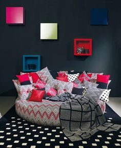 Contrasting colours pop on the dark canvas. A sense of rhythm is created by all the pillows and their patterns. The blanket flowing from the bed to the floor brings harmony to the space. Home Design Diy, Interior Design, Burgundy Room, Round Beds, Dreams Beds, Funky Furniture, Cool Beds, Cool Rooms, Room Decor