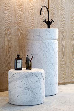 pedestal washbasin and stool Source in Carrare marble by marmo spirito