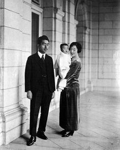 Crown prince Hirohito and Crown princess Nagako with Teru-no-miya Shigeko. November1925 / 照宮 成子内親王と共に裕仁親王と良子妃 Japanese Suit, Vintage Japanese, Japanese Fashion, Royal Life, Royal House, Family World, Promis, Crown Princess Victoria, Prince And Princess