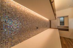 吊戸棚を壁から浮かして、そのスキマに間接照明を仕込んでいます。カップボードの間に敷きつめられたTOYOKITCHENのガラスモザイクタイル 間接的に照明があたることにより「宝石を散りばめたような輝き」を見せてくれます。 #間接照明 #トーヨーキッチン #東洋キッチン #ガラスモザイク #タイル #モザイクタイル #宝石 #食器棚 #キッチン