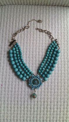 Collar elaborado a mano en color turquesa que nunca pasa de moda y combinable con cualquier color