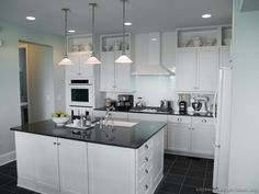 Traditional White Kitchen Cabinets #13 (Kitchen-Design-Ideas.org)