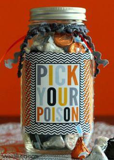 Geschenk Ideen - Pick Your Poison Print and Gift Idea. Great for a Halloween party Halloween Teacher Gifts, Halloween Gift Baskets, Fröhliches Halloween, Halloween Prints, Holidays Halloween, Fall Teacher Gifts, Halloween Decorations, Pretty Halloween, Halloween Treat Bags