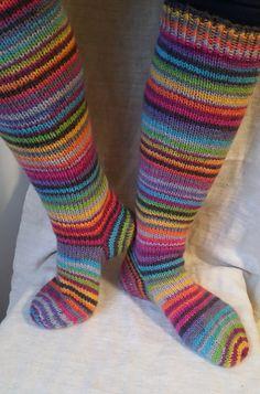 Langan päästä kiinni: Räsymattosukat Wool Socks, Knitting Socks, Craft Gifts, Mittens, Tights, Pajamas, Crochet, Crafts, Outfits