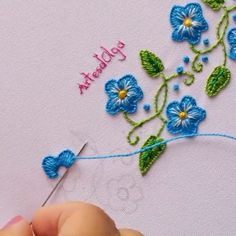 Borde Decorativo a Mano - En este video te muestro un borde decorativo bordado a mano. Basic Embroidery Stitches, Hand Embroidery Videos, Embroidery Stitches Tutorial, Embroidery Flowers Pattern, Creative Embroidery, Simple Embroidery, Learn Embroidery, Hand Embroidery Designs, Crewel Embroidery