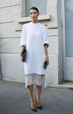 Интересная переделка обычного шерстяного платья — укоротили полочку и дополнить шифоном или носить с нижним платьем.