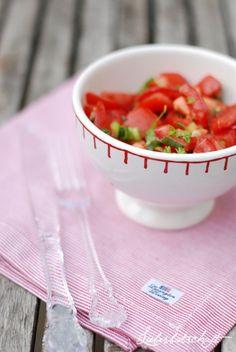 Tomaten-Salsa, zum Reinlegen gut! (aus WEBERS GRILL BIBEL)  6 reife Bio-Tomaten 1 Knoblauchzehe 2 Frühlingszwiebeln 1/2 frische Chilischote 1 handvoll frisches Koriandergrün Saft von 1-2 Limetten Olivenöl Salz+Pfeffer Limettenspalten zum Servieren