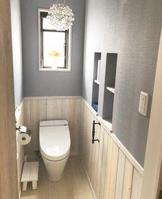 トイレをお部屋のように居心地の良い空間に。<br />毎日使う場所だから、雰囲気や小物などにもこだわりたいですよね( Toilet Room Decor, Garden Bathroom, Natural Interior, Toilet Design, Flat Shapes, Seating Charts, Bathroom Interior Design, Home Decor, Wood Floor