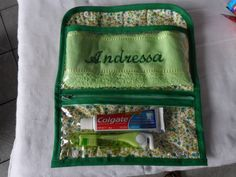 PORTA ESCOVA E PASTA DE DENTE PERSONALIZADO COMPLETO Sewing Tutorials, Sewing Projects, Easy Projects, Purses And Bags, Lunch Box, Patches, Pouch, Quilts, Crafts