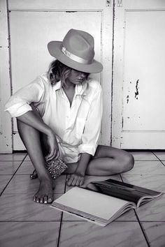 """Chica leyendo.  """"Qué maravilloso es que nadie necesita esperar un momento antes de comenzar a mejorar el mundo."""" -Ana Frank"""