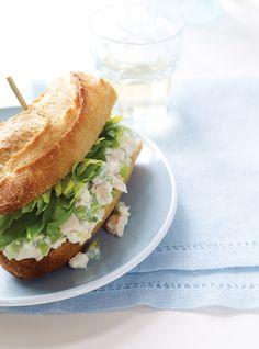 Sandwichs à la salade de poulet   Garnir la base du pain de salade de poulet. Y répartir les épinards, les feuilles de céleri et arroser d'huile.