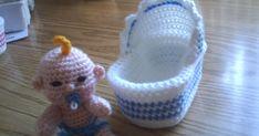 GRATIS PATROON VAN MIJN WIEGJE EN AANPASSINGEN VOOR HET WIEGJE VAN EEN BOTERKUIPJE EN VAN WIEGJE TOT KINDERWAGENTJE NIET VERKOPEN OF DELEN ... Crochet Fox, Love Crochet, Crochet Gifts, Crochet For Kids, Diy Crochet, Crochet Doll Clothes, Knitted Dolls, Crochet Dolls, Distintivos Baby Shower