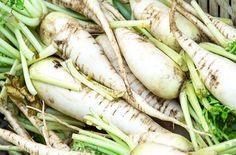 日本人にとってとても身近な根菜類のひとつ、大根。アメリカのスーパーでもDaikonと表示され販売されています。実はこの身近で安価な野菜には沢山の栄養、そして色々な嬉しい働きを持っています。葉も種もカイワレ大根も全部食べたくなってしまいます。