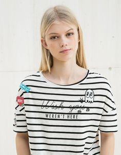 T-shirt BSK riscas adereços e pins. Descubra esta e muitas outras roupas na Bershka com novos artigos cada semana