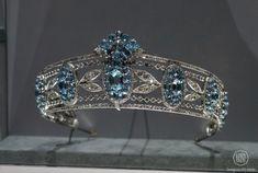 Laur l Tiara Cartier London 1930 platinum diamonds and aquamarines Doha Qatar Museum Authority Royal Crown Jewels, Royal Crowns, Royal Tiaras, Royal Jewelry, Tiaras And Crowns, Bling Jewelry, Jewelry Box, Jewelery, Princess Crowns