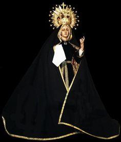 La statua della Madonna Addolorata in abito lutto nell'eremo della Madonna del giardino recintato in Warfhuizen, Paesi Bassi.