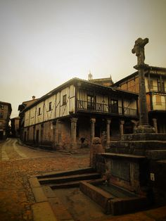 La Fuente de la plaza y tras ella la casa de los Alba y la Iglesia, cuya torre fue pagada por estos.