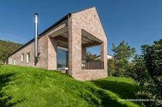 Country brick house in Hungary - Casa de campo contemporánea de ladrillo vista en Hungría.