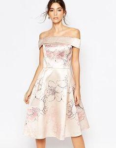 Vestido a media pierna con hombros al descubierto y diseño de flor de cerezo por toda la prenda de Chi Chi London