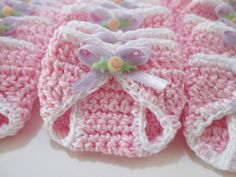Super cute and delicate souvenir, ideal for maternity leave, baby shower . - Super cute and delicate souvenir, ideal for maternity leave, baby shower or diaper. Crochet Bookmark Pattern, Crochet Motif, Crochet Flowers, Crochet Toys Patterns, Crochet Dolls, Baby Patterns, Baby Shower Souvenirs, Crochet Baby Clothes, Yarn Crafts