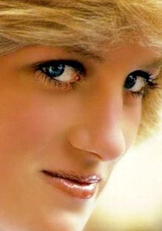 Look at thèse beautiful eyes. Pure July 1961 – August 1997 ~ Diana Princess of Wales, first wife of Charles, Prince of Wales. Princess Diana Fashion, Princess Diana Pictures, Princess Diana Family, Real Princess, Prinz William, Prinz Harry, Elisabeth Ii, Charles And Diana, Lady Diana Spencer