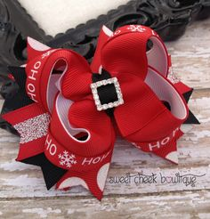 Christmas hairbow Santas belt hair bow by sweetcheekbowtique Making Hair Bows, Diy Hair Bows, Fabric Bows, Ribbon Bows, Ribbons, Ribbon Flower, Ribbon Hair, Fabric Flowers, Red Hair Clips