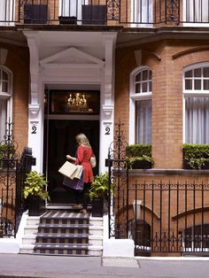 Athenaeum Hotel London VIP shopping service with Harvey Nichols Knightsbridge at doorstep London Apartment, Apartment Living, Shopping Service, New Property, London City, Mayfair London, Luxury Apartments, Curb Appeal, Townhouse