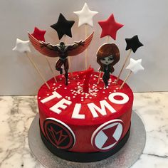Tarta buttercream Falcon y Black Widow. Black Widow, Cupcakes, Desserts, Food, Fondant Cakes, Lolly Cake, Candy Stations, One Year Birthday, Tailgate Desserts