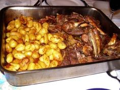 1/2 cabrito 2 kg de batatas 500 g de cebolinhas 1 cabeça de alho 2 colheres (sopa) de banha 1 colher (sopa) de azeite 1 colher (sopa) de mel 2 dl de espumante Colorau 1 pitada de cravinho Sal e pimenta Num almofariz pise os alhos. Corte a... Portuguese Recipes, Portuguese Food, Wood Fired Oven, Grits, Food Inspiration, Cake Recipes, Food And Drink, Pasta, Chicken