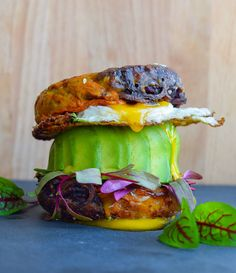 Rethink bagels with this guilt-free, recipe for spiralized SWEET POTATO BAGELS. Healthy Foods, Healthy Eating, Healthy Recipes, 3 Ingredient Recipes, Up Fitness, Bagel Recipe, Lean Meals, Mediterranean Diet Recipes, Top Recipes