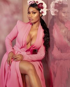 Nicki Minaj is currently the cover star for the latest Music Icon issue of Harper's Bazaar Vietnam. Nicki Minaj flaunts cleavage in photos and wrote. Nicki Minaj Wallpaper, Nicki Minaj Outfits, Nicki Minaj Braids, Nicki Minaj Fashion, Nicki Minaj Barbie, Pretty In Pink, How To Look Pretty, American Music Awards, Victoria Justice
