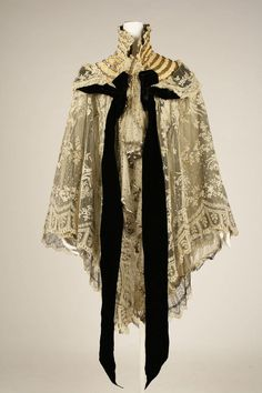 1900 French Silk Evening Wrap ~ Metropolitan Museum Of Art 1900s Fashion, Edwardian Fashion, Vintage Fashion, 19th Century Fashion, Edwardian Era, Vintage Outfits, Vintage Dresses, Historical Costume, Historical Clothing