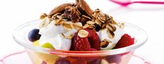 Opskrift: Frugtsalat med tyk vaniljeyoghurt og myslicrunch | I FORM